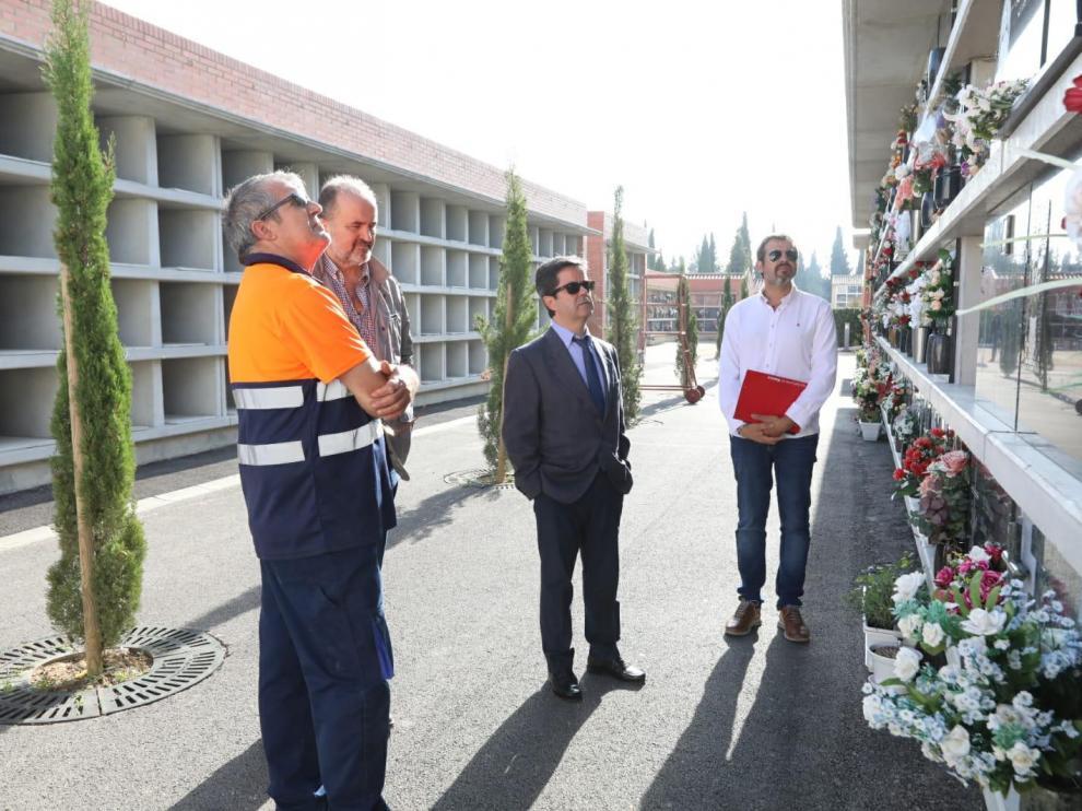 El alcalde Luis Felipe, en el centro, ha visitado este martes el cementerio para conocer las obras y mejoras ejecutadas.