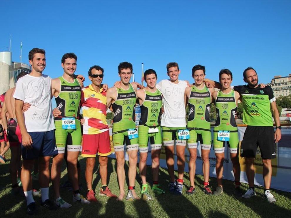 El equipo completo de triatlón junto con el cuerpo técnico y el presidente de la Federación Aragonesa de Triatlon, Jesús Sánchez.
