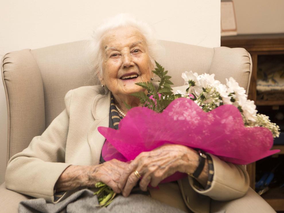 La centenaria Milagros Pérez Matute, con el ramo de flores en la residencia Ballesol El Carmen en la que se encuentra desde hace 11 años