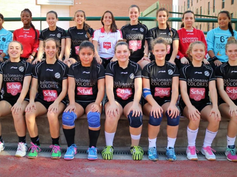 Equipo femenino de cadetes del Club Balonmano Colores.