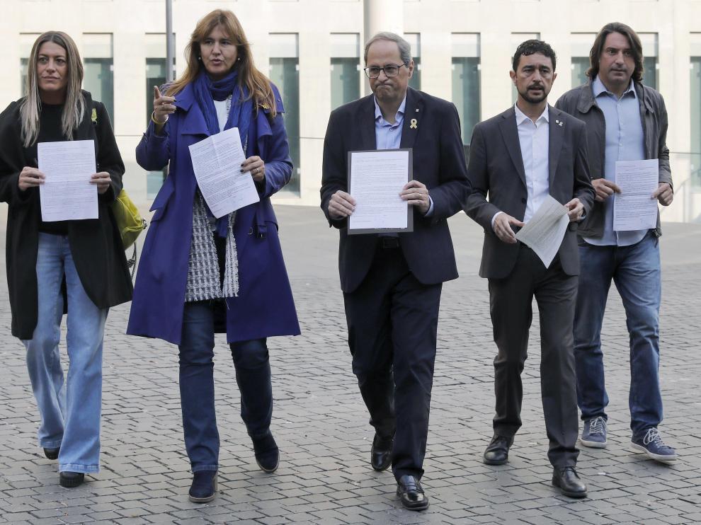 El presidente de la Generalitat, Quim Torra (en el centro), ha participado este jueves en la campaña de autoinculpación ante la Ciudad de la Justicia.