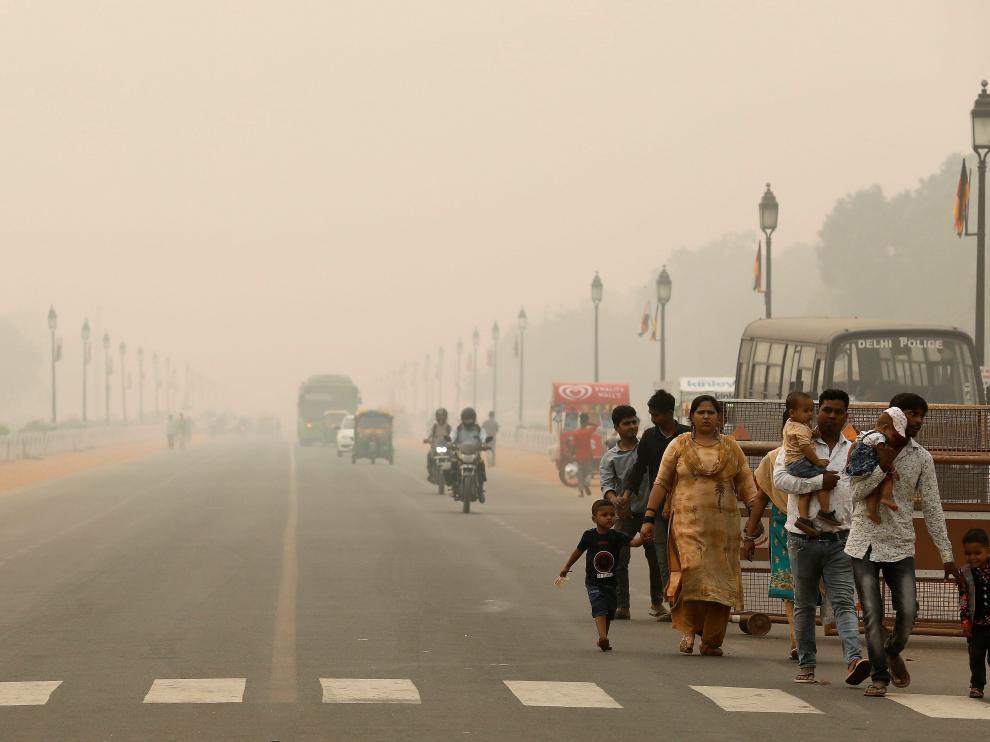 Un grupo de personas camina por una calle de Nueva Delhi.