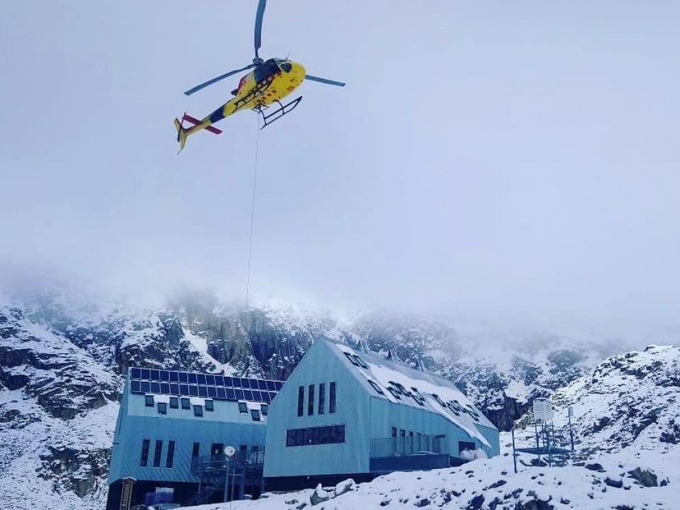 El helicóptero sube los suministros al refugio de Cap de Llauset.