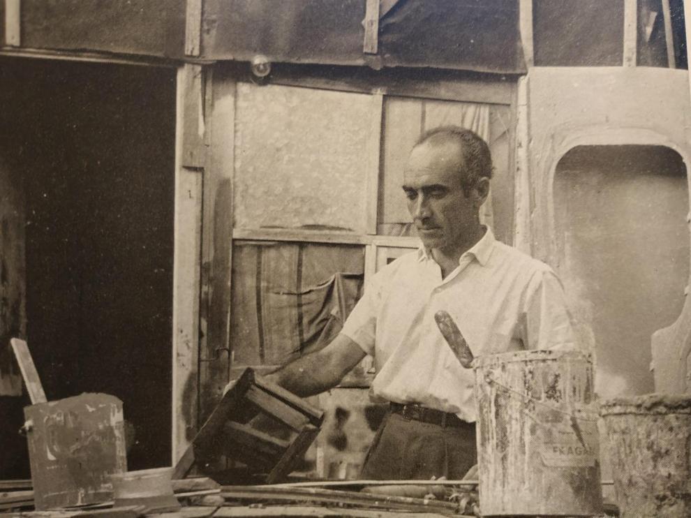Fotografía tomada en 1964 de Agustín Alamán trabajando en su estudio.
