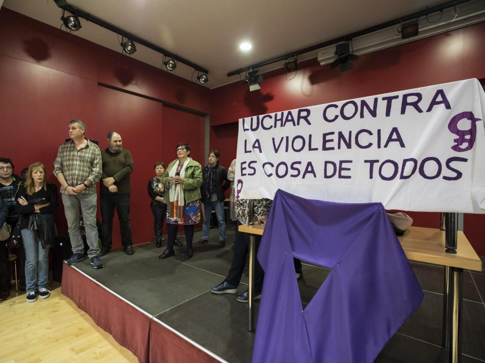 Concentración contra la violencia de género en la Asociación Vecinal del Barrio de Jesús.