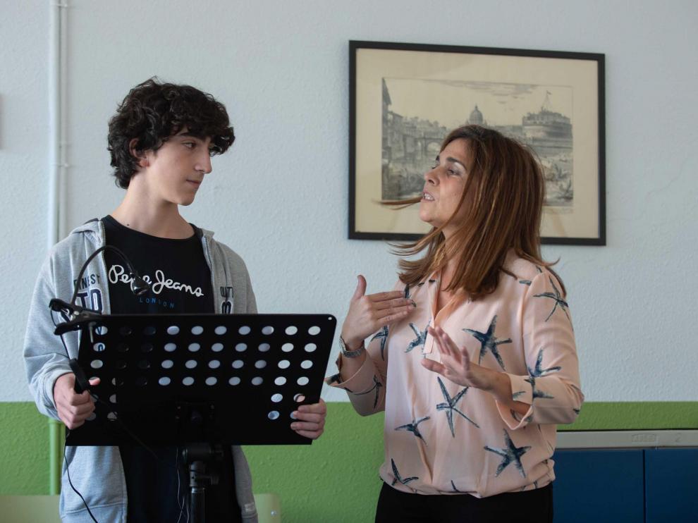 Natalia Martínez, profesora de Oratoria en el IES Pablo Gargallo de Zaragoza, interactúa, en clase, con uno de sus alumnos