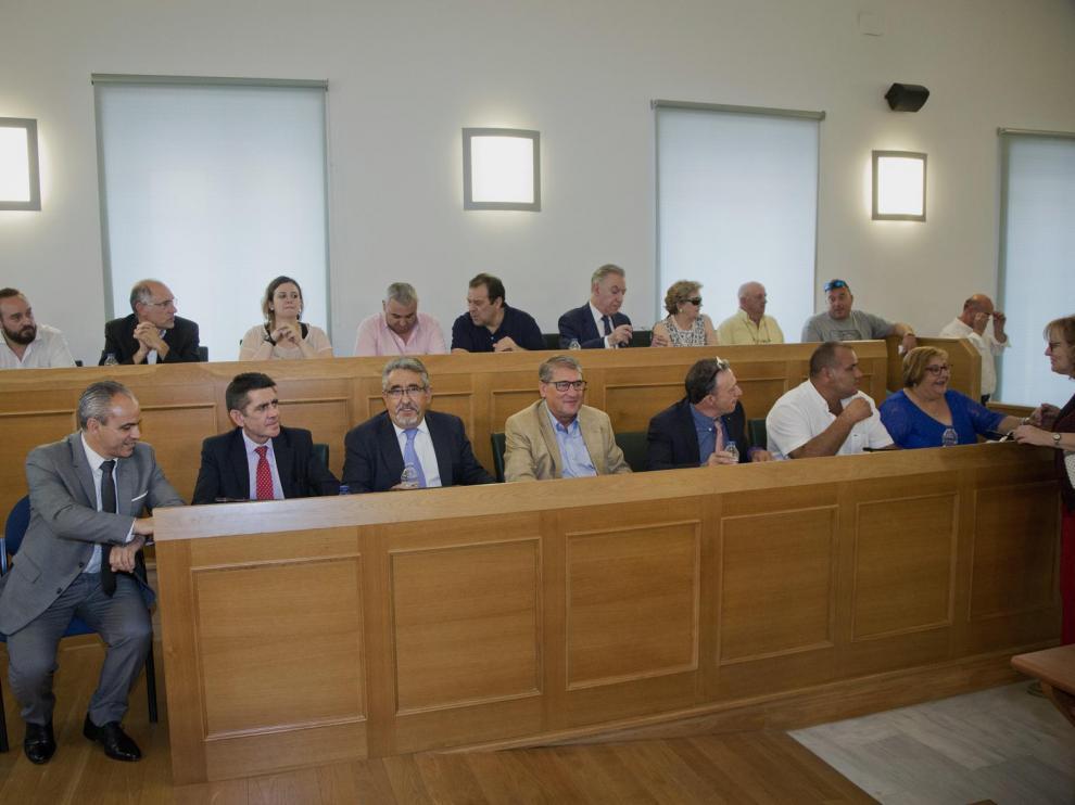 Puertas, en la primera fila en el centro (con americana clara), durante la constitución de la comarca.