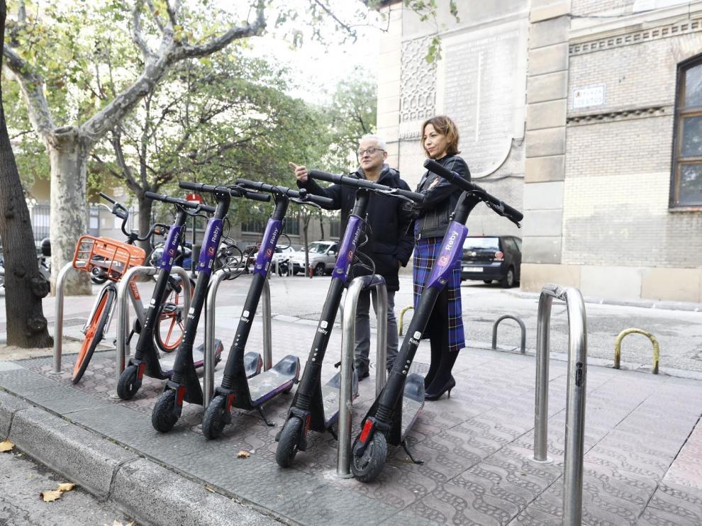 La de Servicios Públicos y Movilidad, Natalia Chueca, junto a uno de los aparcabicis que se quitarán de la calzada.