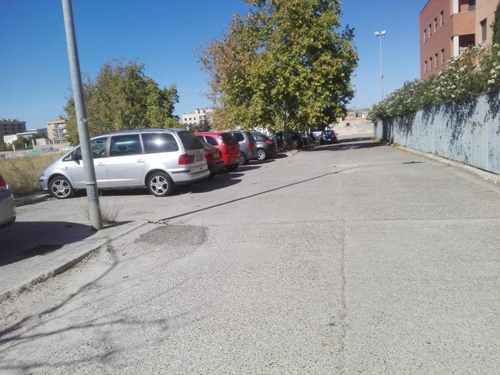 Solar donde los vecinos de Oliver están aparcando.