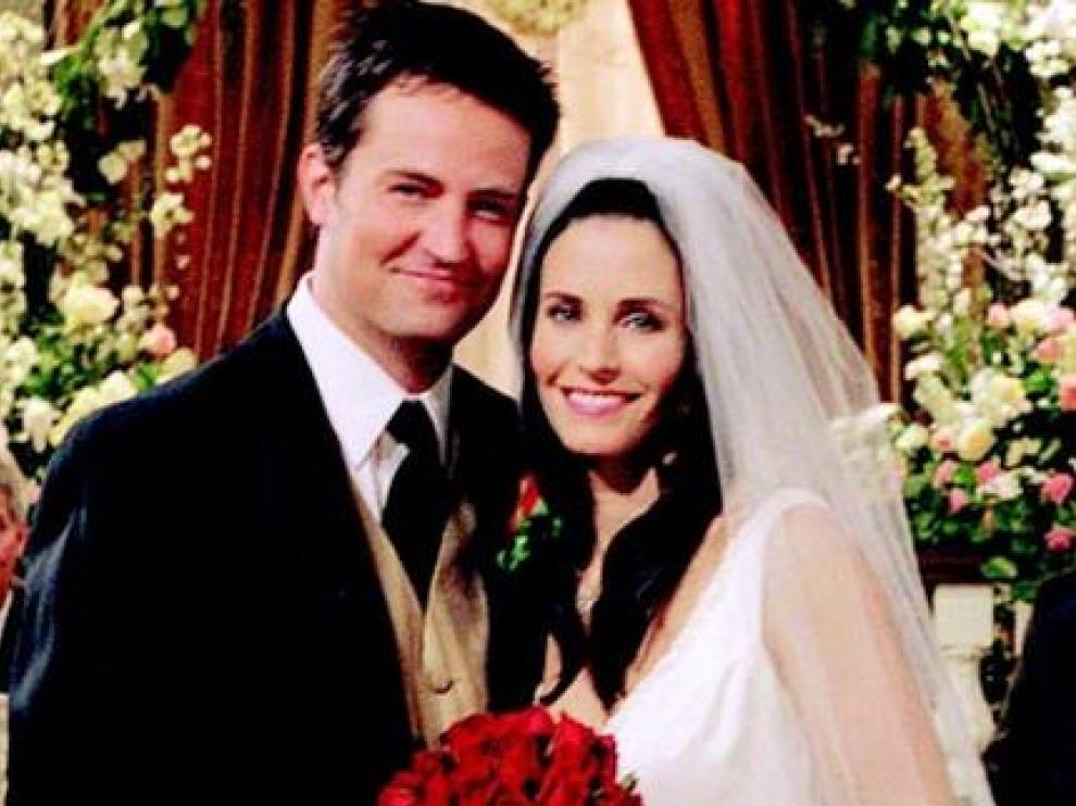 Chandler (Matthew Perry) y Mónica (Courtney Cox) en la escena de su boda en Friends
