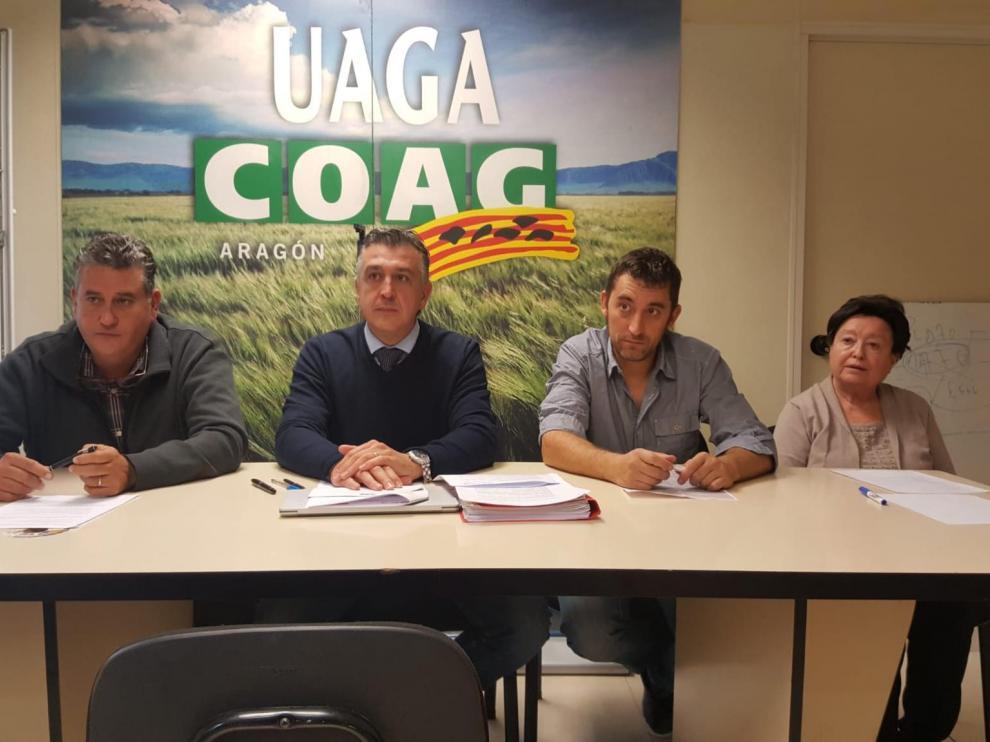 Vicente López y Pablo Martínez (UAGA), Jorge Valero (Araga) y Emilia Guillén (Asaja Zaragoza) explican en rueda de prensa su propuesta para alcanzar un acuerdo en la negociación del convenio.