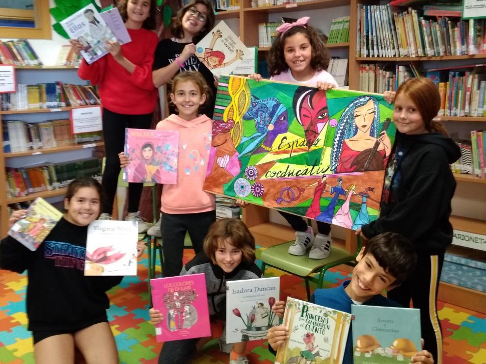 Los alumnos, en la biblioteca escolar del centro, rodeados de libros.