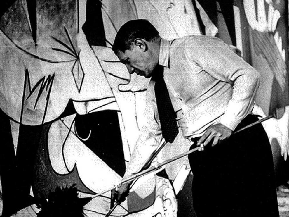 Picasso pintando 'El Guernica'.