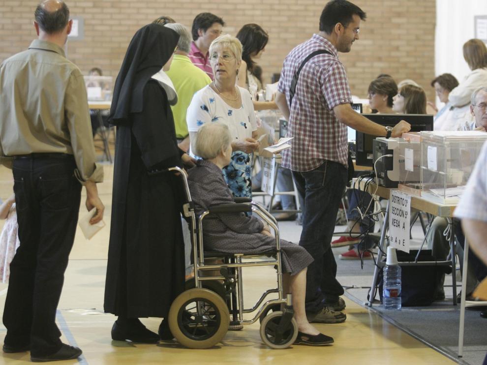Una monja esperando para ejercer su derecho al voto, en Huesca.