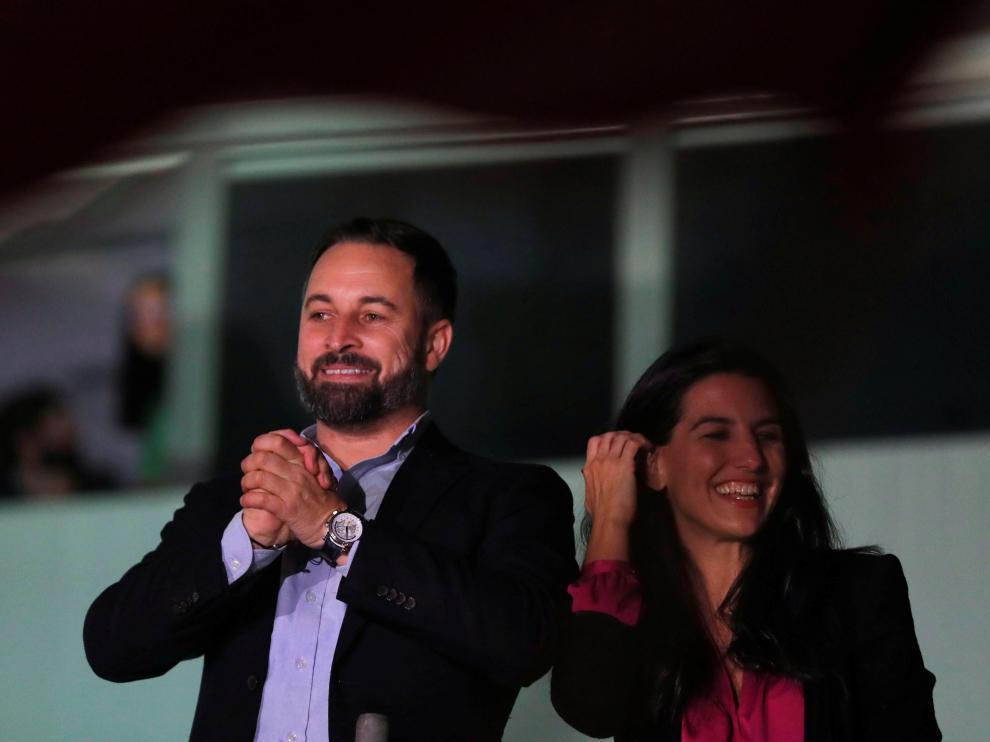 Abascal saluda a los simpatizantes de Vox desde la sede del partido