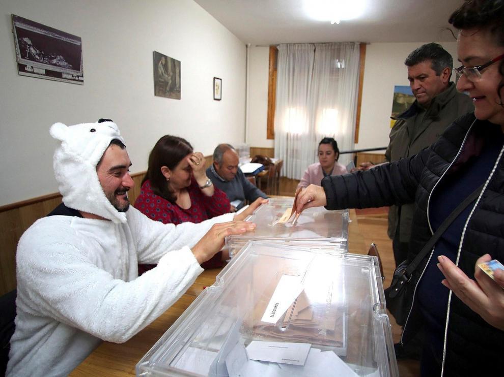 El presidente de mesa de la localidad soriana de Osma, Jose Luis Lamela (i), se ha disfrazado de oso en protesta por tener que realizar su labor en la presente jornada electoral,