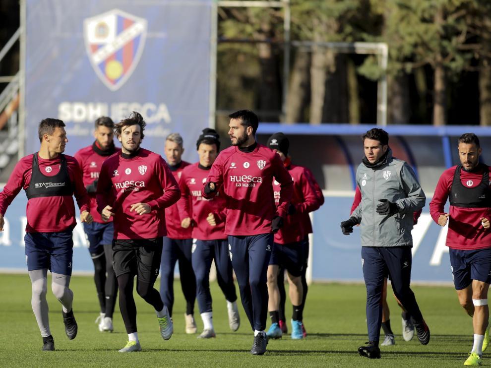 Varios jugadores de la SD Huesca corren durante el entrenamiento del pasado domingo.