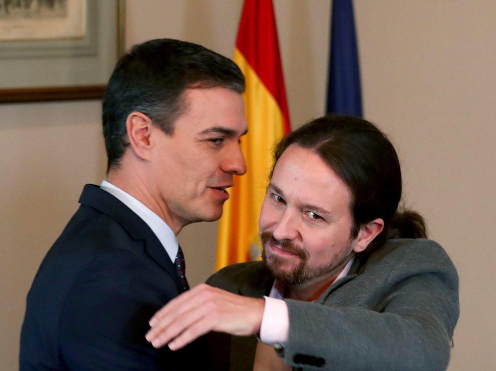 Abrazo entre Sánchez e Iglesias este martes