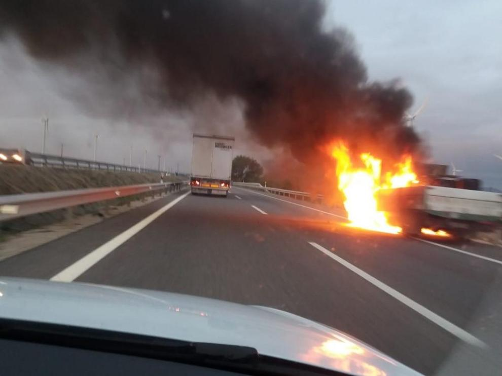 El vehículo ardiendo en la A-2, en La Muela.