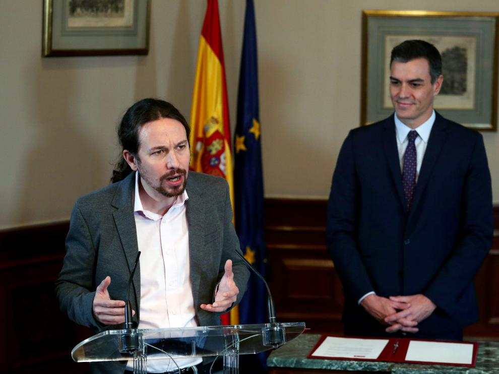 Spanish acting Prime Minister Pedro Sanchez and Unidas Podemos (Together We Can) leader Pablo Iglesias sign a coalition agreement during a news conference at Spain's Parliament in Madrid, Spain, November 12, 2019. REUTERS/Sergio Perez [[[REUTERS VOCENTO]]] SPAIN-ELECTION/
