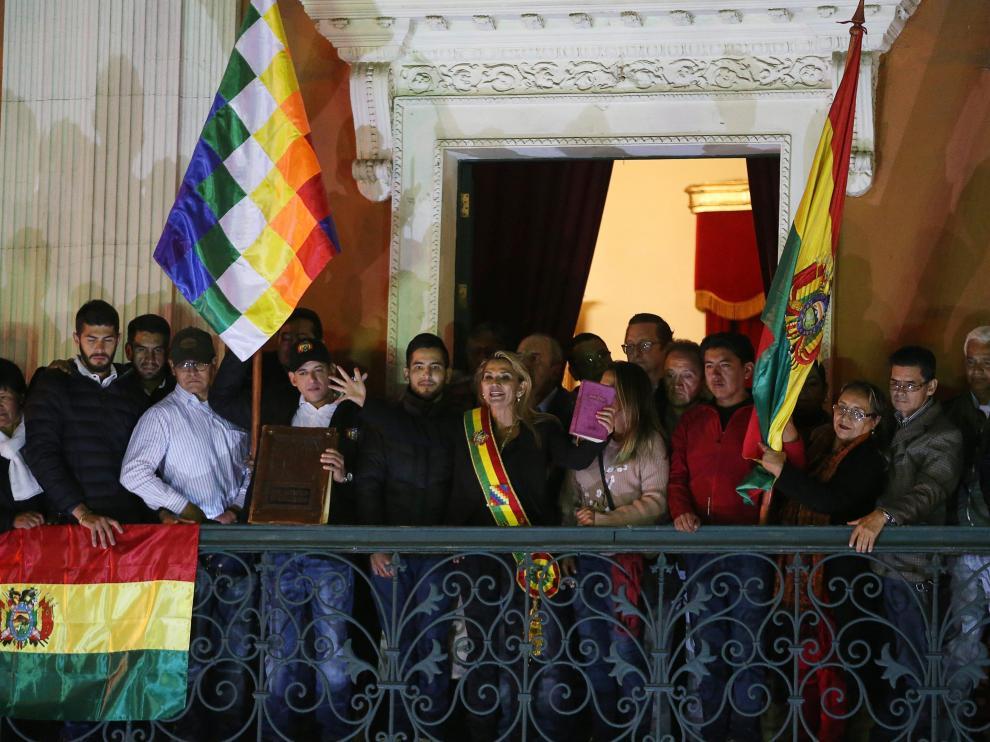 Jeanine Áñez se dirige a sus seguidores desde el balcón del palacio presidencial de La Paz.