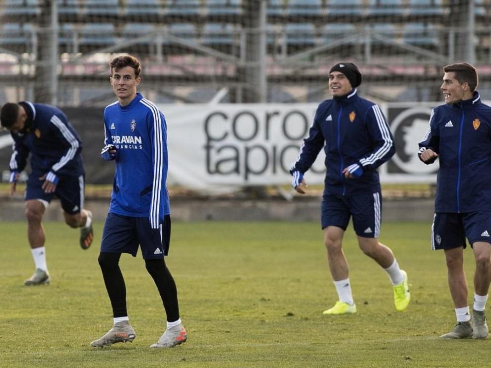 Alejandro Francés, en el entrenamiento de este viernes con el primer equipo, en un ejercicio con Pombo, Soro y (a la izda.) Luis Suárez.