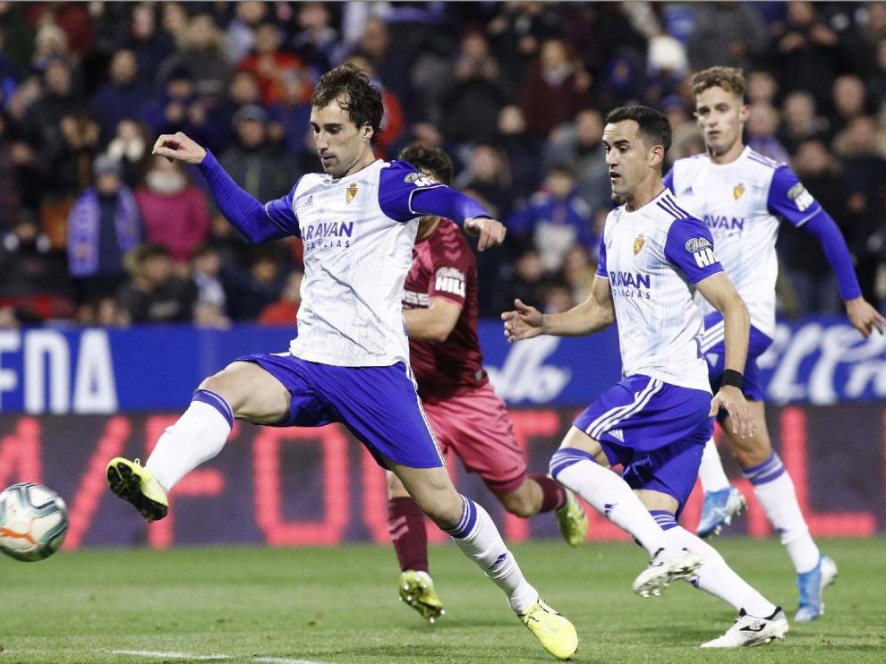 Eguaras, Linares y Blanco, en un lance del Real Zaragoza-Albacete de la noche de este sábado en liga.