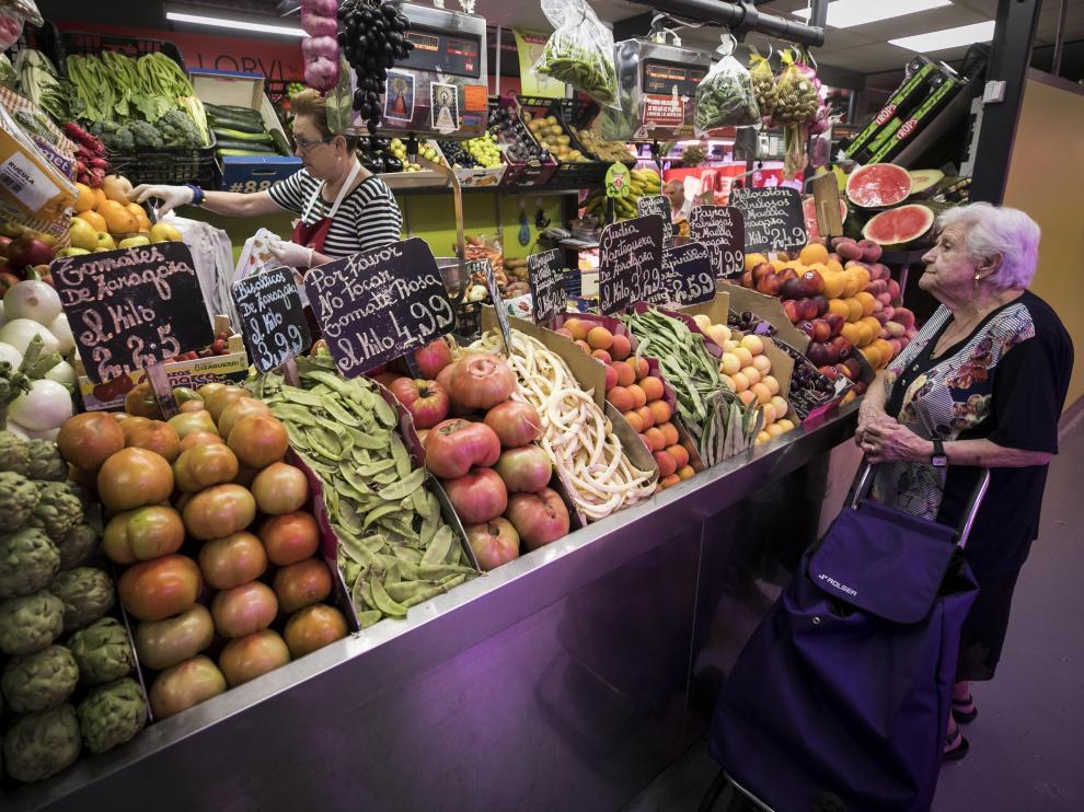 Un puesto de frutas y verduras en un mercado zaragozano.