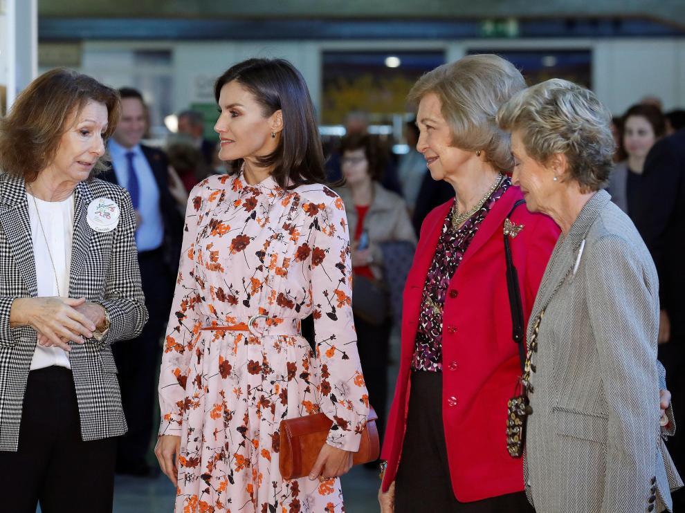 La reina Letizia (segunda por la izquierda) y la reina emérita Sofía (segunda por la derecha), visitan el rastrillo organizado por la asociación Nuevo Futuro en Madrid.