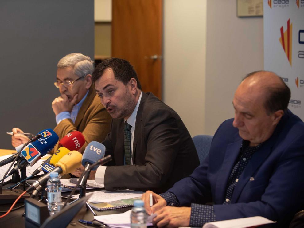 Los presidentes de CEOE Aragón, Ricardo Mur, de Huesca, Fernando Luna, y de Teruel, José Antonio Pérez Cebrián, en la presentación de sus propuestas para revertir la despoblación.