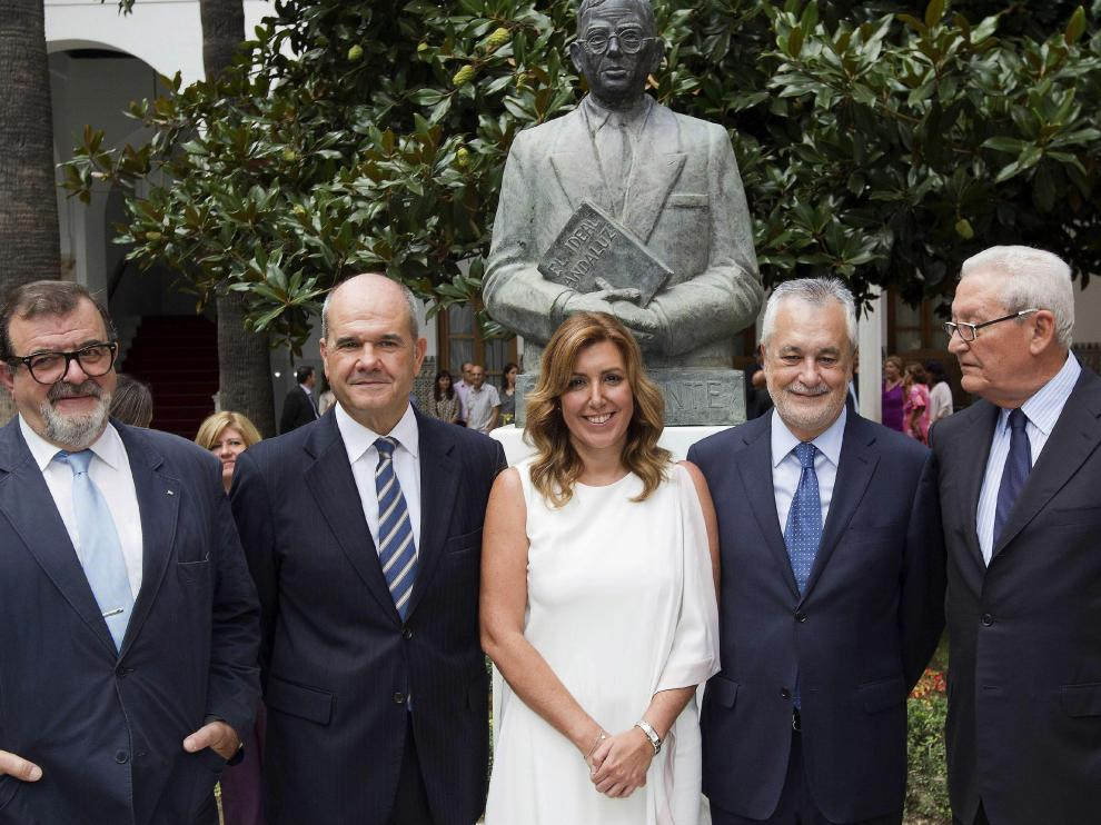 Susana Díaz (c) posa junto a los expresidentes andaluces en una imagen de archivo.