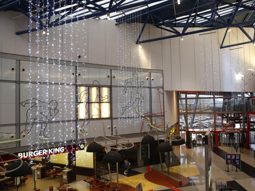 El centro comercial Plaza Imperial de Zaragoza ha inaugurado la temporada navideña con el tradicional encendido de su iluminación