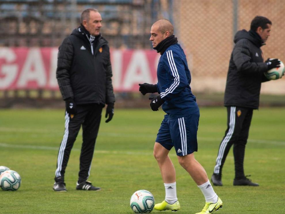 Pombo pasa con el balón por delante de Víctor Fernández en el último entrenamiento de la semana, este viernes en la Ciudad Deportiva, antes de saber que no iba a ser convocado para viajar a Vallecas.