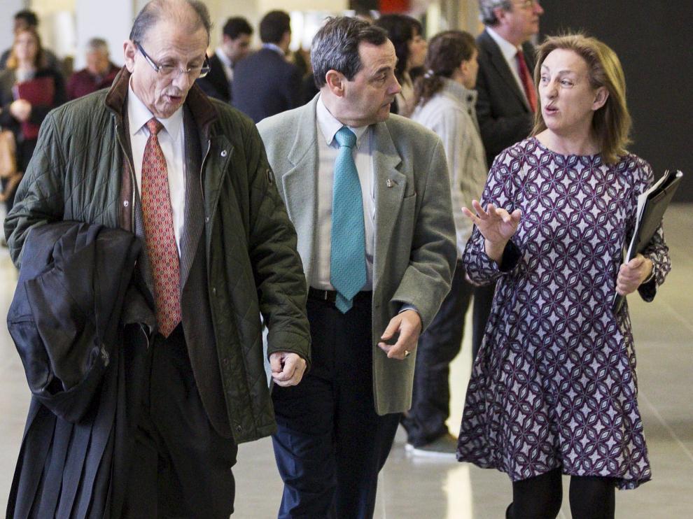 Javier Cantero, toga en mano, antes de entrar a un juicio.