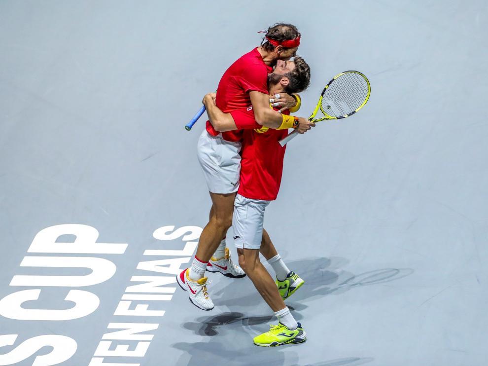 Nadal (i) y Granolles celebran su victoria en el partido de dobles.