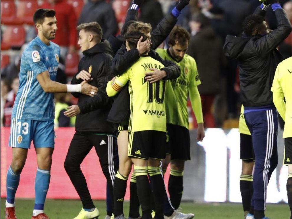 Ratón, al término del partido de Vallecas, celebra la victoria del equipo sobre el césped del campo madrileño.