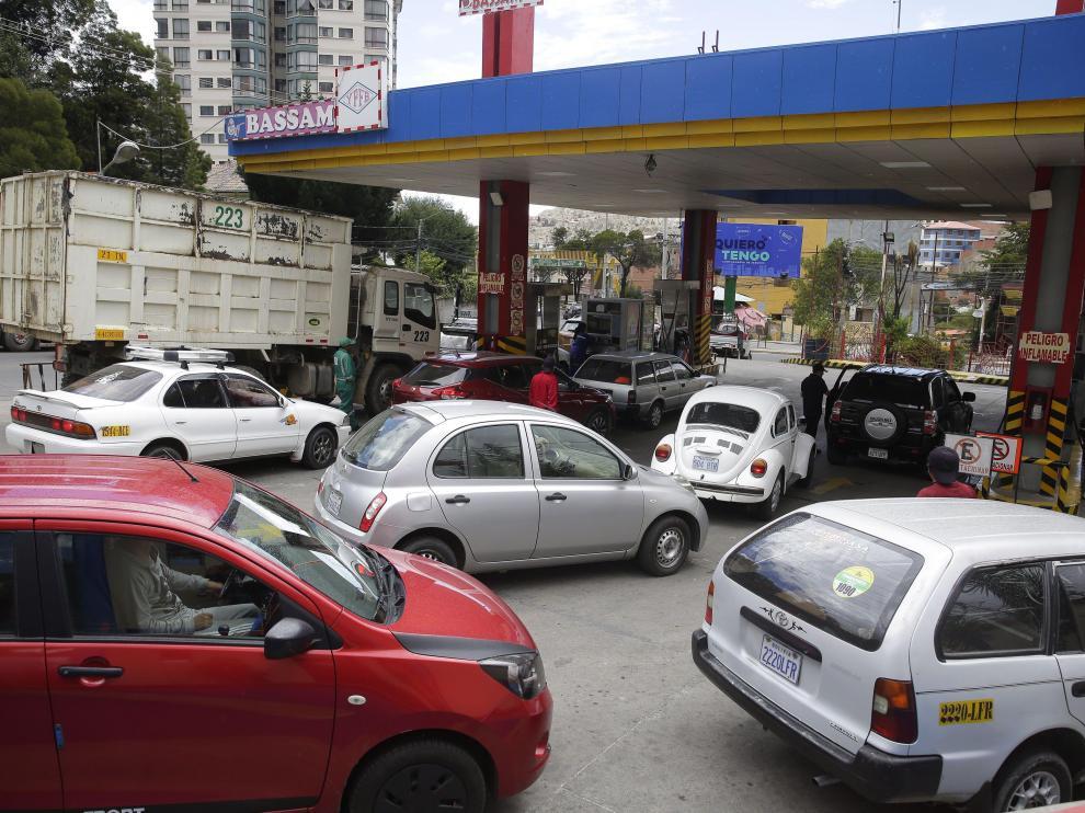 Las filas en las gasolineras se repiten en todas las estaciones de servicio de La Paz.
