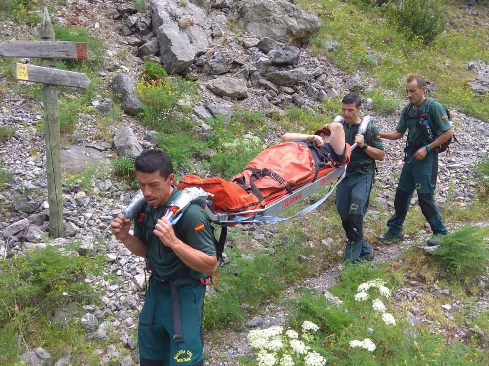 Rescate en camilla de un montañero zaragozano de 51 años este verano en Canfranc.