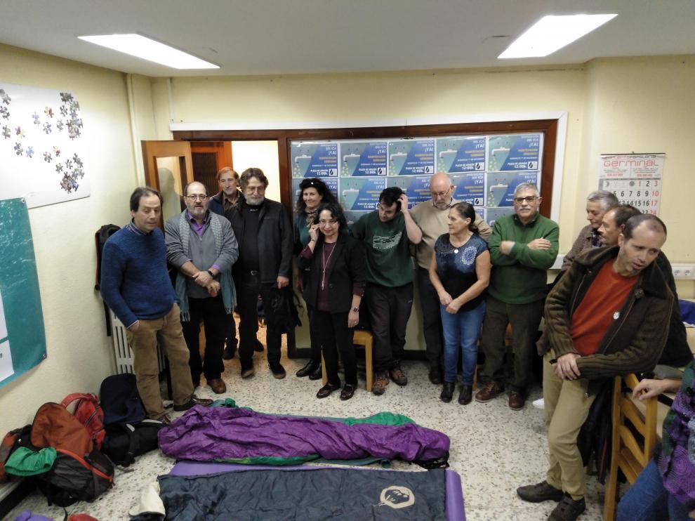 Integrantes de la Red de Agua Pública de Aragón se encerraron este martes por la tarde en la sede de la FABZ.