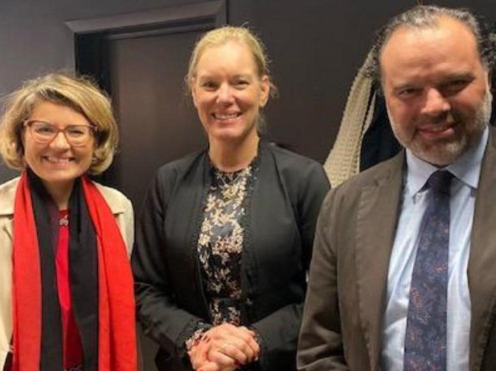 Fernando de Yarza, reelegido presidente de la Asociación Europea de Editores, con la vicepresidenta de la organización, Victoria Svanberg (en el centro), y la representante de la Comisión Europea, Anna Harold.