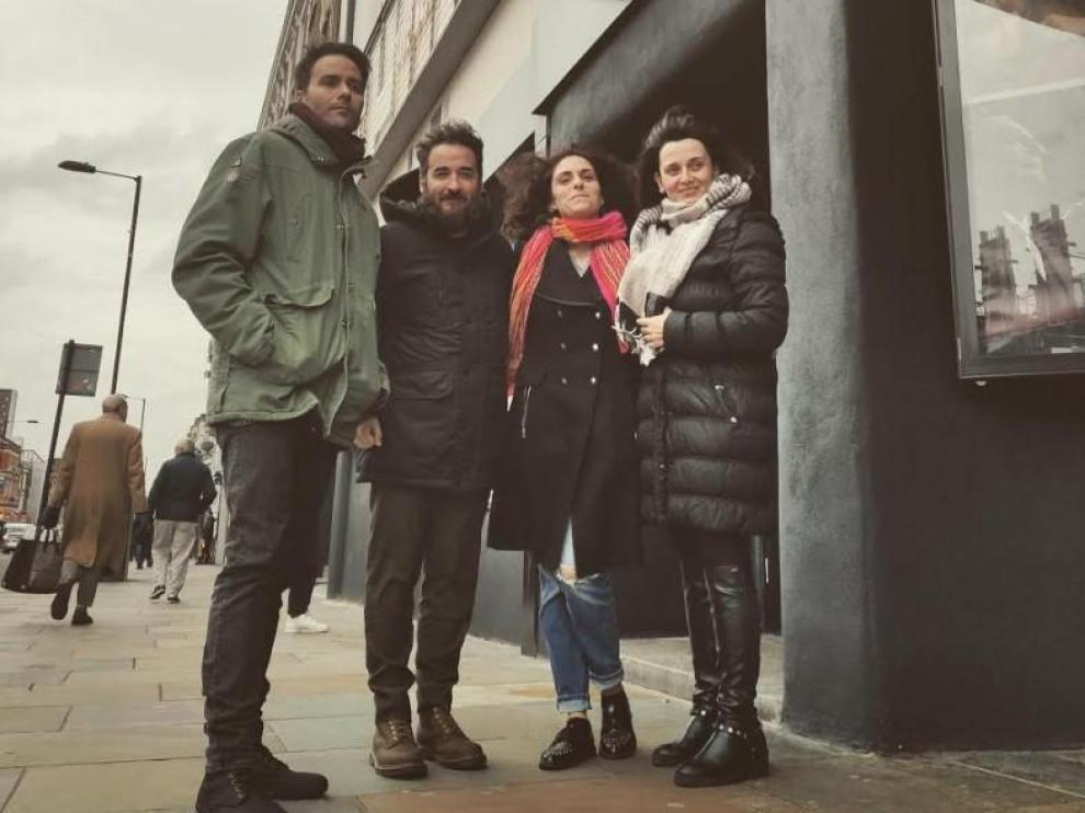 Javier Moreno e Iván Castell junto al resto de productores en el estreno de Londres.