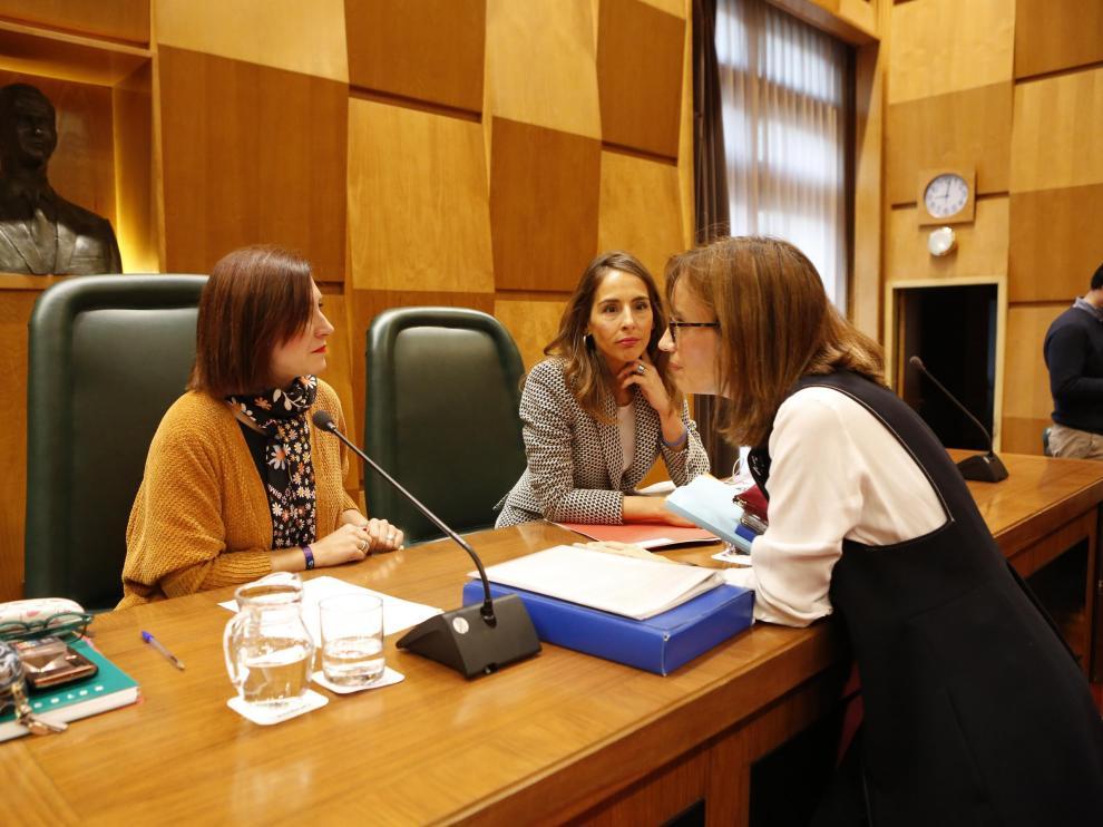Las concejales Sara Fernández, María Navarro y María Antoñanzas, en el pleno de este miércoles.