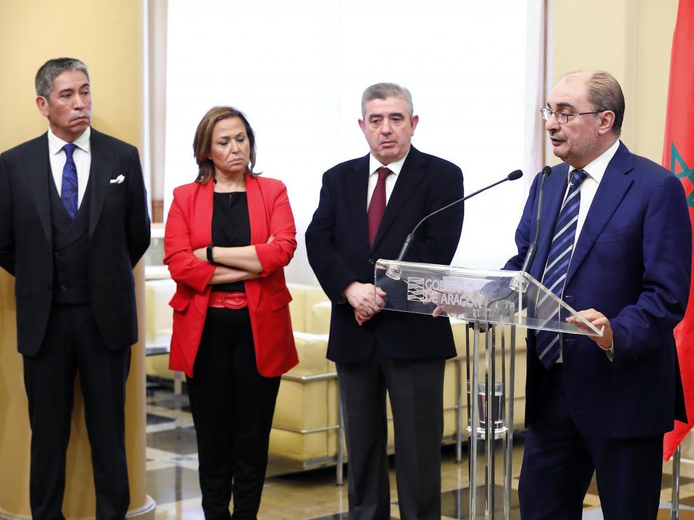 El presidente del Gobierno, Javier Lambán, con el presidente del grupo turolense Térvalis, Generoso Martín, la vicepresidenta del Ejecutivo, Maite Pérez, y un representante de la Universidad Mohamed VI de Marruecos.
