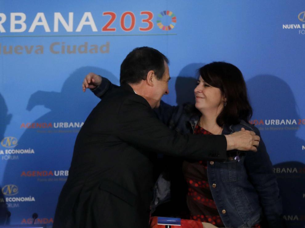 Adriana Lastra saluda a Abel Caballero, el alcalde de Vigo, también del PSOE.