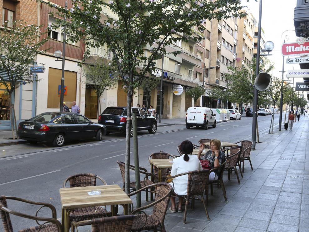 Coches aparcados en la zona peatonal de la calle Zaragoza /Foto Rafael Gobantes / 27-9-16