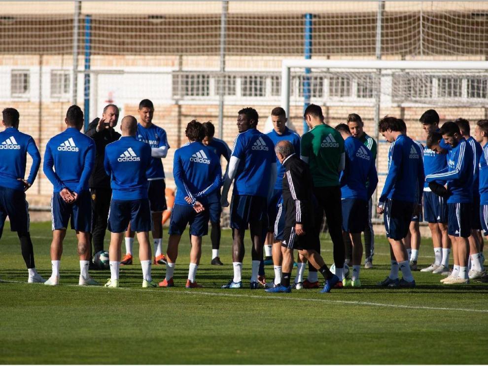 Los jugadores del Real Zaragoza escuchan con atención a Víctor Fernández antes del último entrenamiento.