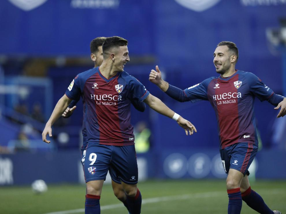Escriche y Ferreiro corren para celebrar uno de los dos goles azulgranas contra el Alcorcón.