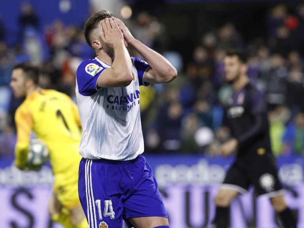 Raúl Gutiérrez lamenta una ocasión de gol clara que tuvo ante el portero del Girona, Juan Carlos, nada más empatar a dos el equipo.