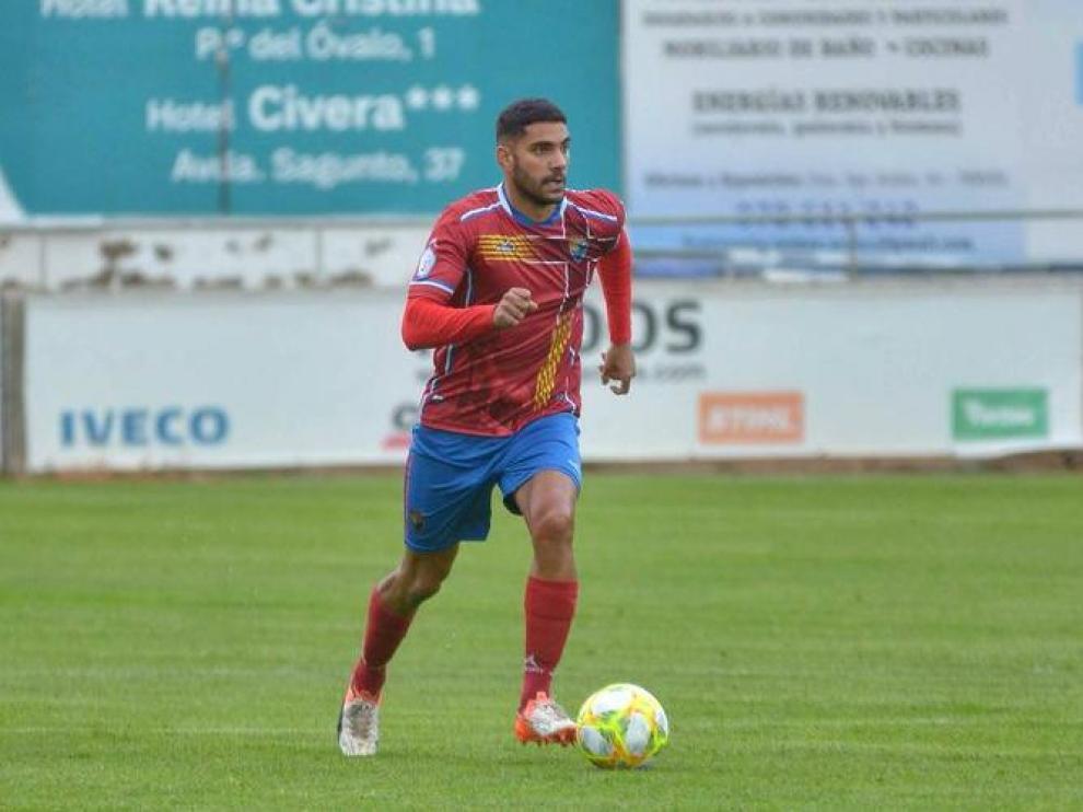 Romero, jugador del Teruel, progresa con el esférico en un partido.