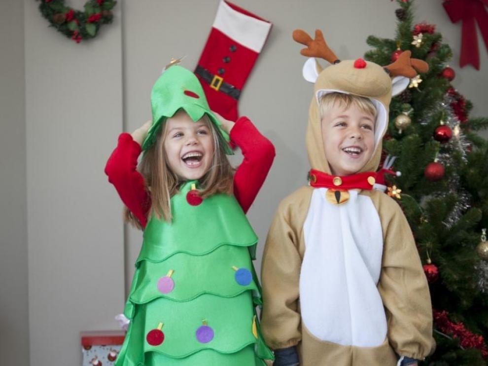 Niños disfrazados de árbol y reno con trajes de Funidelia.